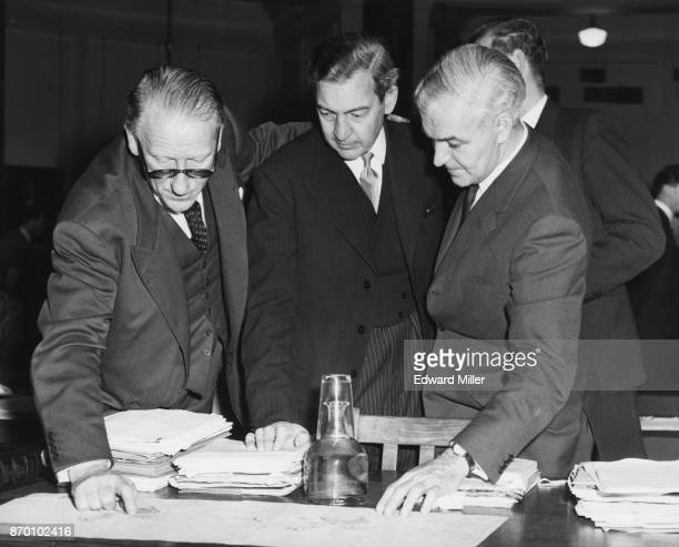 The public inquiry into the proposed new building in Piccadilly Circus, London, opens at County Hall in London, 10th December 1959. From left to...
