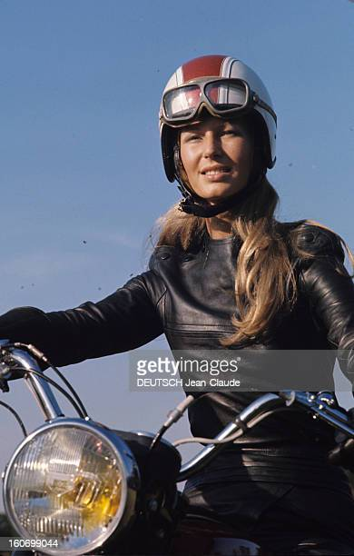 The Public Of The 34th Bol D'or: Young Fanatics Arrived On Motorcycles. Montlhéry -septembre 1970 - A l'occasion du 34ème Bol d'or, 30 000 jeunes...