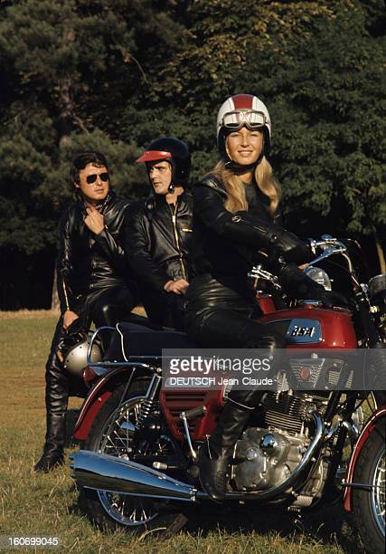 The Public Of The 34th Bol D'or Young Fanatics Arrived On Motorcycles Montlhéry septembre 1970 A l'occasion du 34ème Bol d'or 30 000 jeunes...