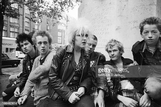 The Punks In London Angleterre Londres 23 septembre 1979 Les punks anarchistes de la popmusique voient revenir la mode des années 60 et les jeunes...