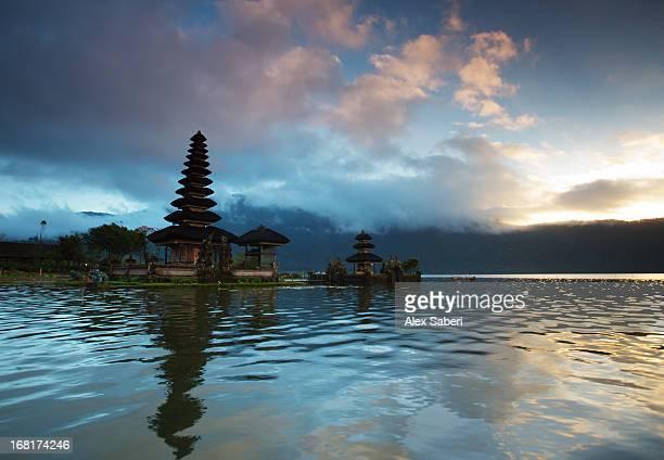 the pura ulun danu bratan temple at sunrise. - alex saberi bildbanksfoton och bilder