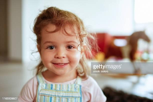 das reinste lächeln eines kleinen mädchens - 2 3 jahre stock-fotos und bilder