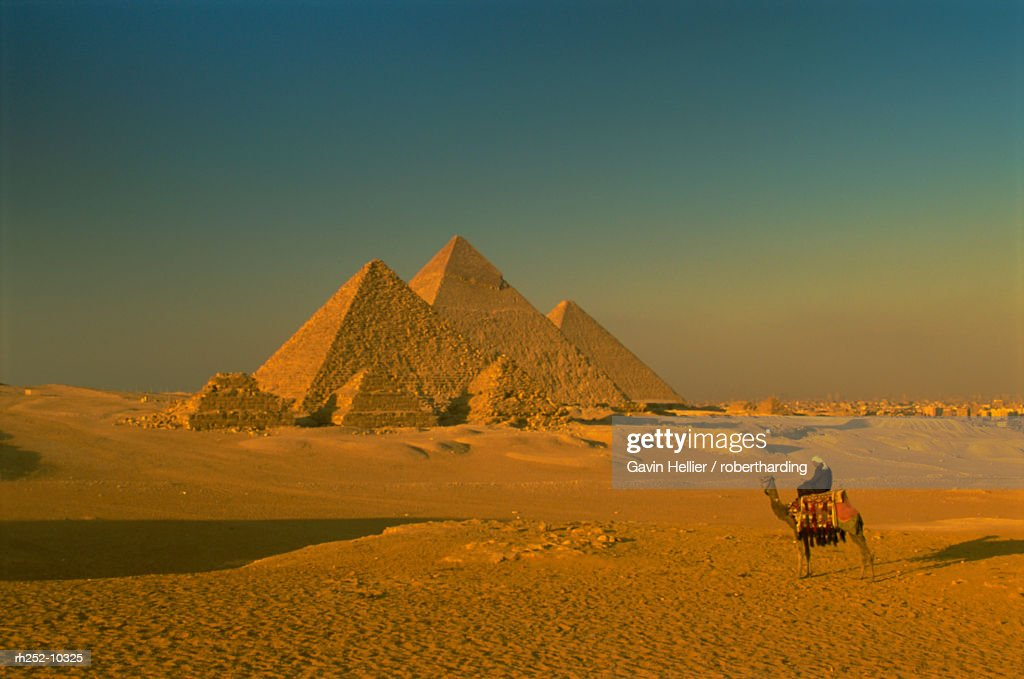 The Pyramids at Giza, UNESCO World Heritage Site, Cairo, Egypt, North Africa, Africa : Foto de stock
