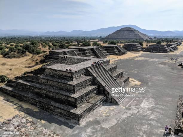 the pyramids of teotihuacan - astecas imagens e fotografias de stock