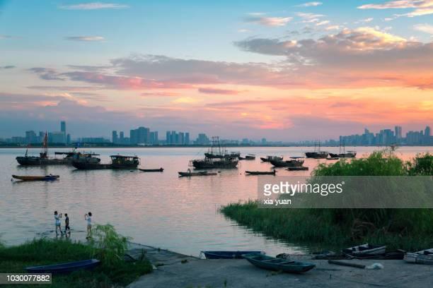 the qiantang river against hangzhou skyline at dusk,china - zoom stockfoto's en -beelden