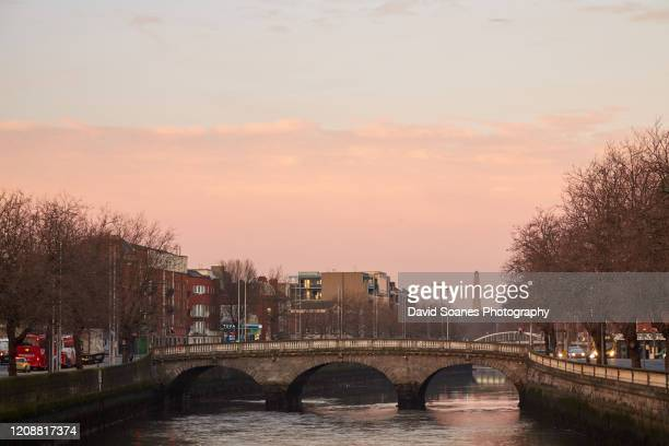 the quays along the river liffey in dublin city, ireland - david soanes stock pictures, royalty-free photos & images