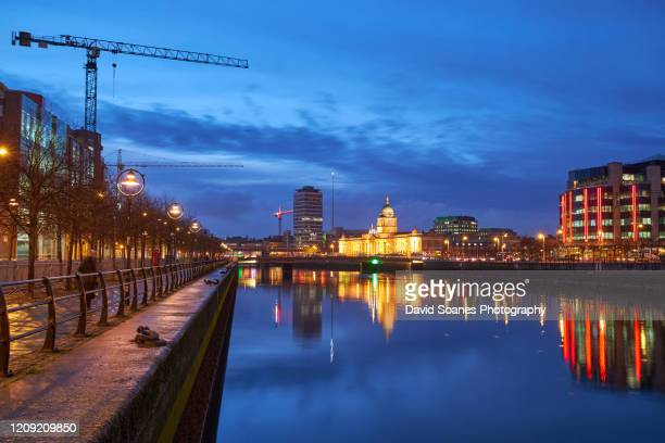 the quays at night along the river liffey in dublin city, ireland - david soanes stock pictures, royalty-free photos & images