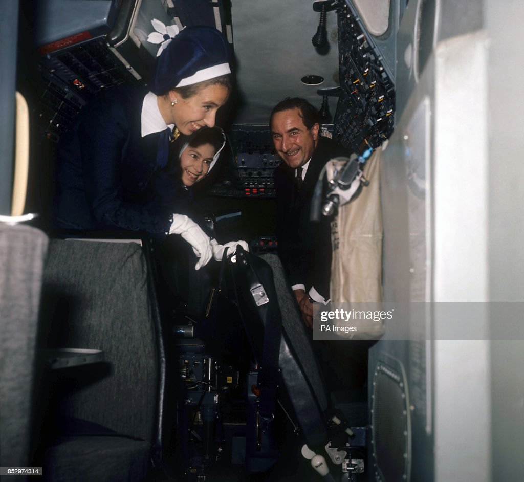 Royalty - Concorde Cockpit - The Queen and Princess Anne - London Heathrow Airport : News Photo