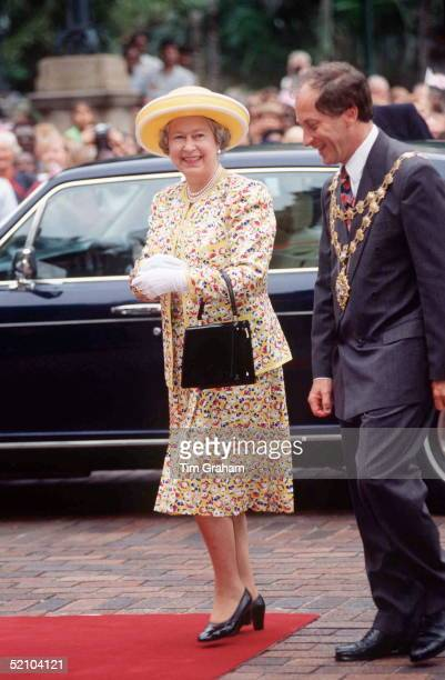The Queen Arrives At City Hall Durban During Her South African State Visit Her Handbag Is By Launer Her Suit By Hardy Amies
