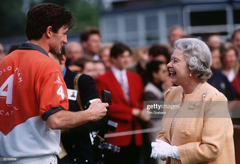 Queen Presenting A Prize : News Photo