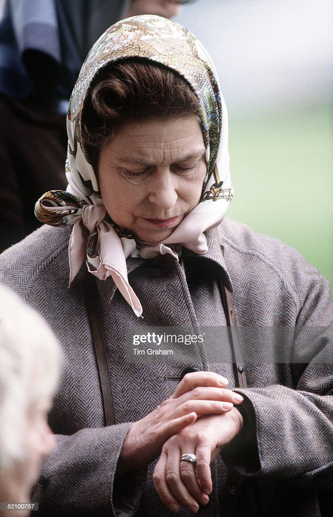 Queen Checking Watch : News Photo