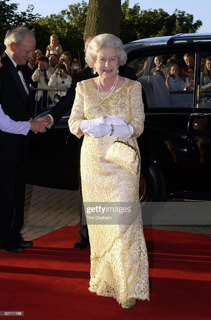 Queen Hardy Amies Design : News Photo