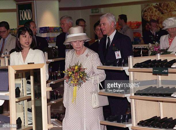The Queen In Malaysia Visits The Marks And Spencers Store In The Shopping Area Of The Petronas Twin Towers. Her Visit Included A Look In The Shoe...