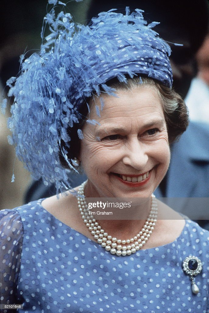 Queen Feathered Hat : News Photo