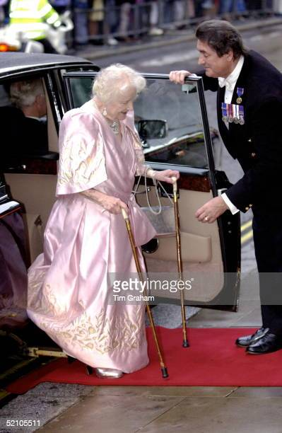 The Queen Mother Arriving At The Royal Opera House In Covent Garden On Her 101st Birthday Her Butler William Tallon Is There To Help Her