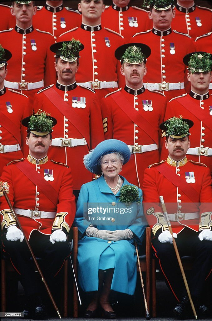 Queen Mother Irish Guards : News Photo