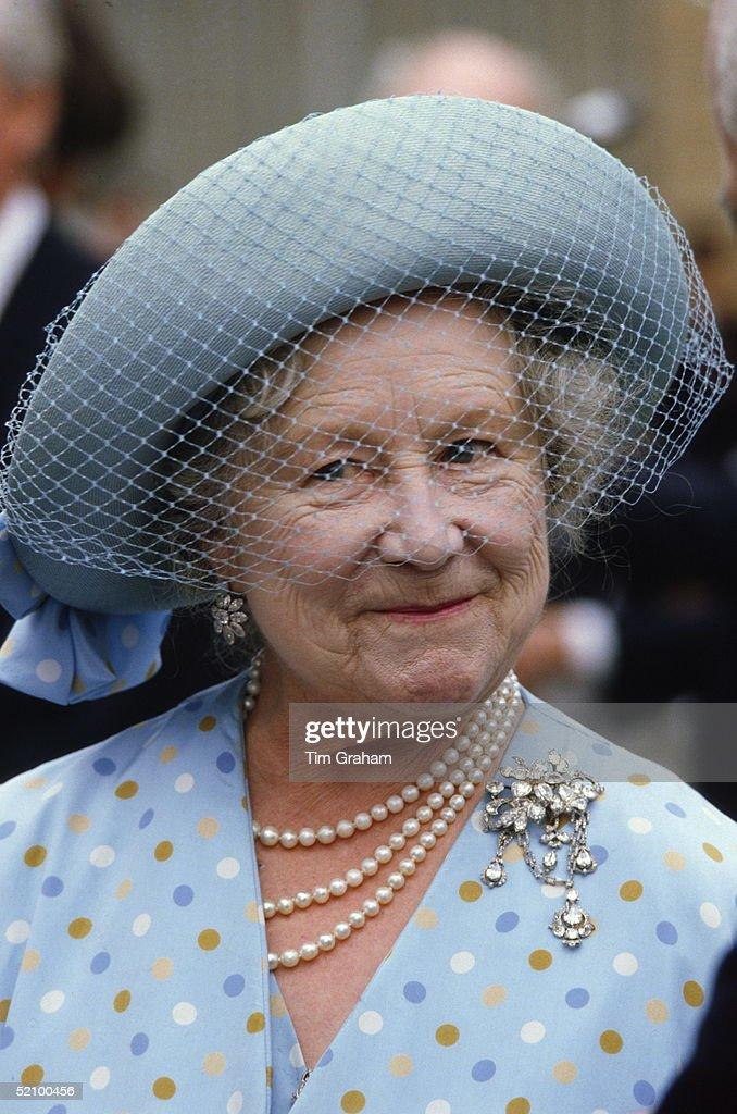 Queen Mother Wedding Brooch : News Photo