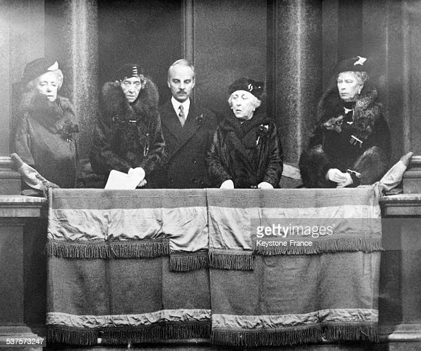 The Queen of England Mary of Teck surrounded by other personalities is in the lodge of the White Hall during the ceremony in front of the Cenotaph on...