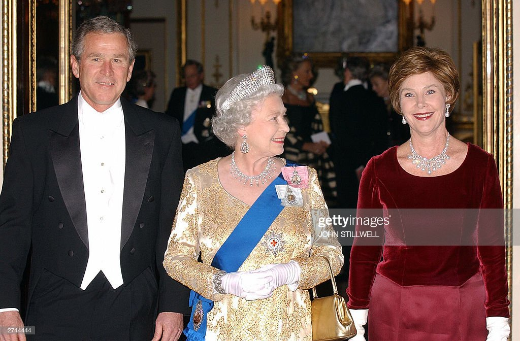 The Queen stands beside the President of : News Photo