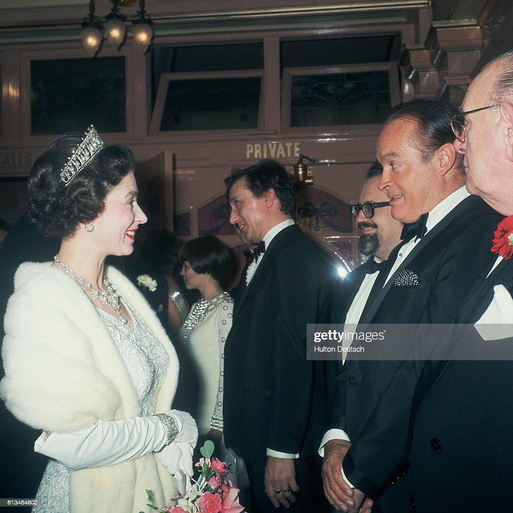Queen Elizabeth II Meets Bob Hope : ニュース写真