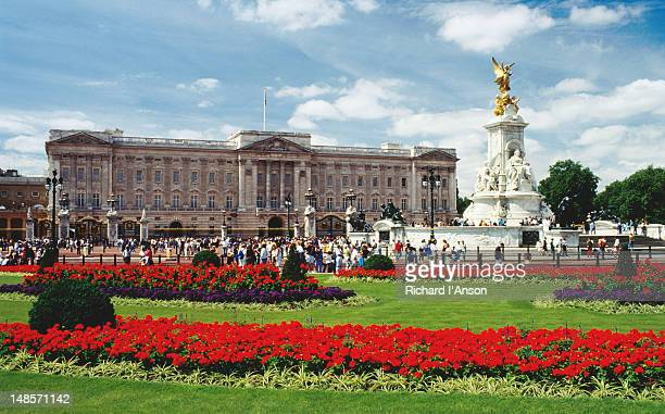the queen victoria monument and buckingham palace - london, greater london, england - queen victoria stock pictures, royalty-free photos & images