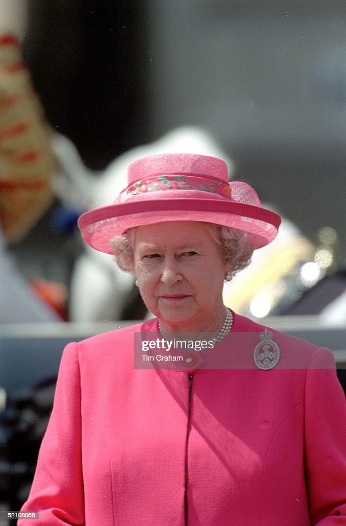 Queen Trooping : News Photo