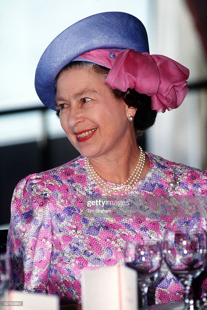 Queen In Singapore : News Photo