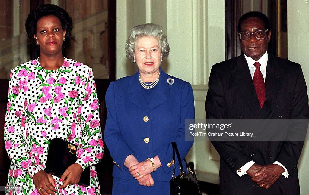 Queen With Mugabe : News Photo