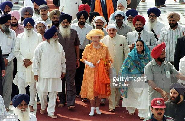 The Queen Without Shoes Visiting The Golden Temple Of Amritsar In The Punjab India