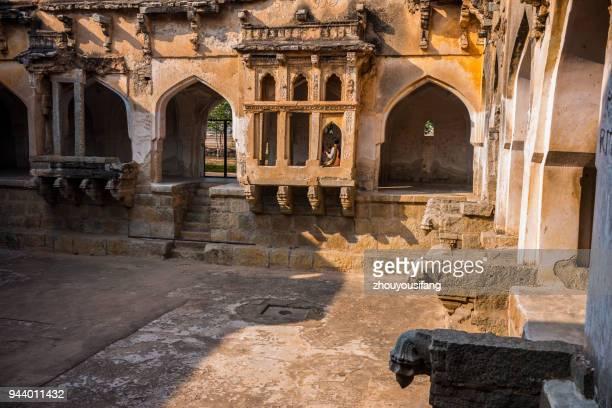 the queens bath in ruins - hampi - oudheden stockfoto's en -beelden