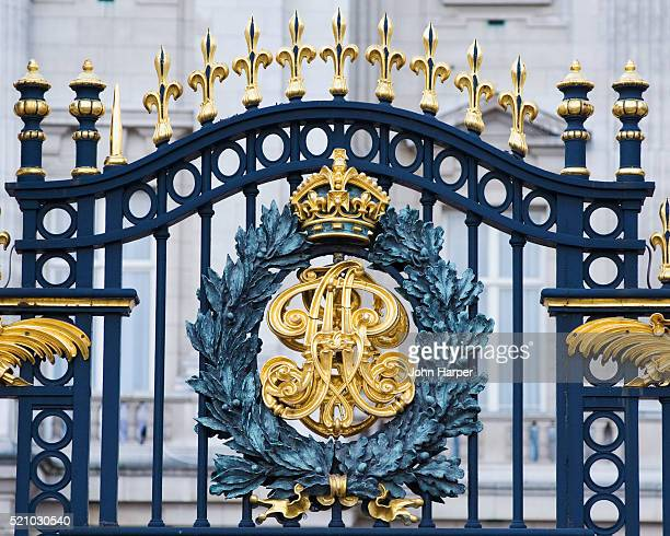 the queens coat of arms, buckingham palace gates, london, u.k. - buckingham palace crest stock pictures, royalty-free photos & images
