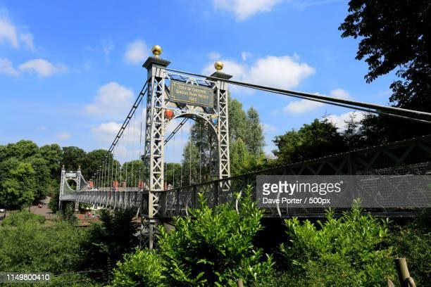 the queens park bridge over the river dee embankment, chester ci - 栃木県 ストックフォトと画像