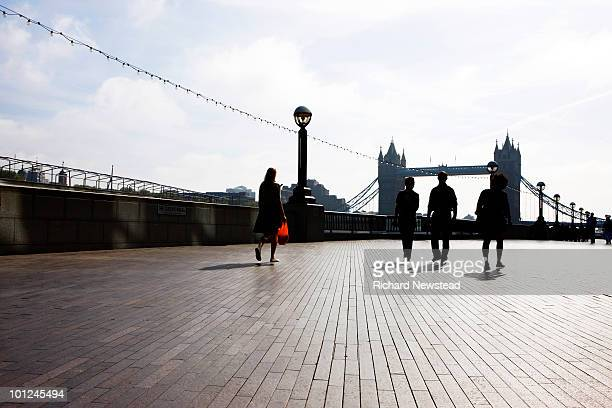 the queens walk and tower bridge - newpremiumuk stock pictures, royalty-free photos & images