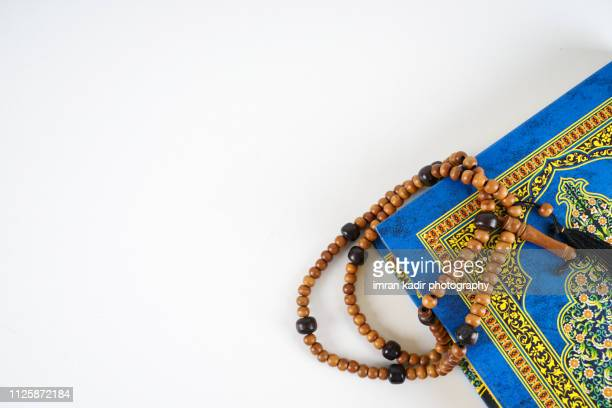 the quran and rosary - hajj photos et images de collection