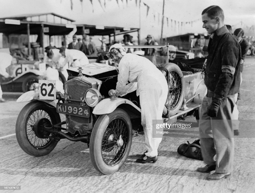The racing driver Joan Chetwynd (Fraser Nash car) in the 24-hour race on the circuit of Brookland. England. About 1930. Photograph. (Photo by Imagno/Getty Images) Die Rennfahrerin Joan Chetwynd (Fraser Nash car) beim 24-Stunden-Autorennen auf der Rennstrecke von Brookland. England. Um 1930. Photographie.