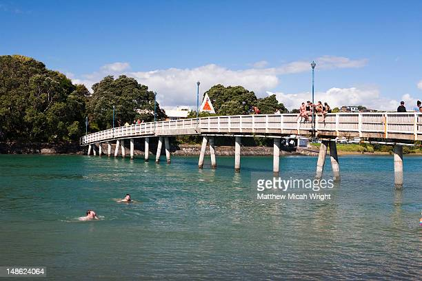 The Raglan footbridge connects the two sides of the harbor. Jumping off is popular with the kids