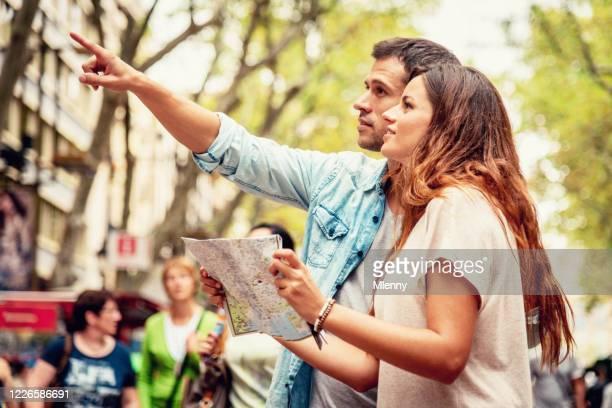 die ramblas tourist paar sightseeing in barcelona - tourismus stock-fotos und bilder