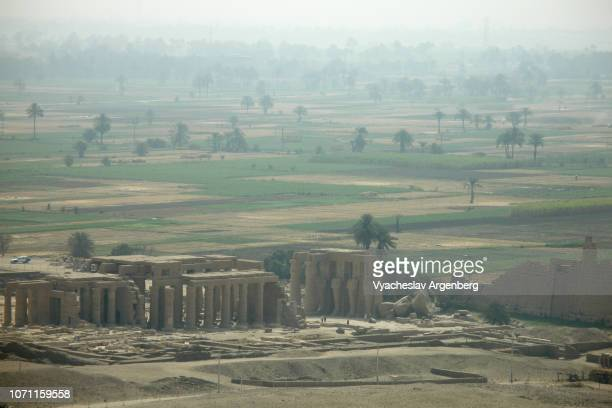 the ramesseum, the memorial temple of pharaoh ramesses ii, panoramic view - argenberg fotografías e imágenes de stock