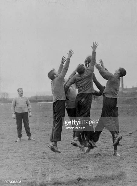 The Randall Brothers compete against the Williams Brothers in football at the Seven Brothers Championship around 1909 Vintage property of ullstein...