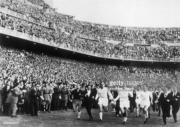 The Real Madrid made a lap of honour after its victory at the Champion Clubs' Europe Cup One can recognize the players Alfredo DI STEFANO MARQUITOS...