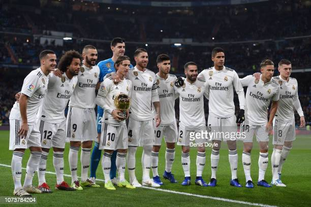 The Real Madrid players pose with Luka Modric of Real Madrid and his Ballon D'or award prior to the La Liga match between Real Madrid CF and Rayo...