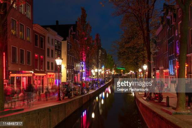 the red light district in amsterdam at night - red light district stock-fotos und bilder