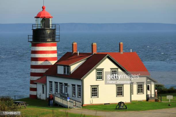 the red-and-white striped west quoddy head lighthouse in maine - rainer grosskopf stock-fotos und bilder