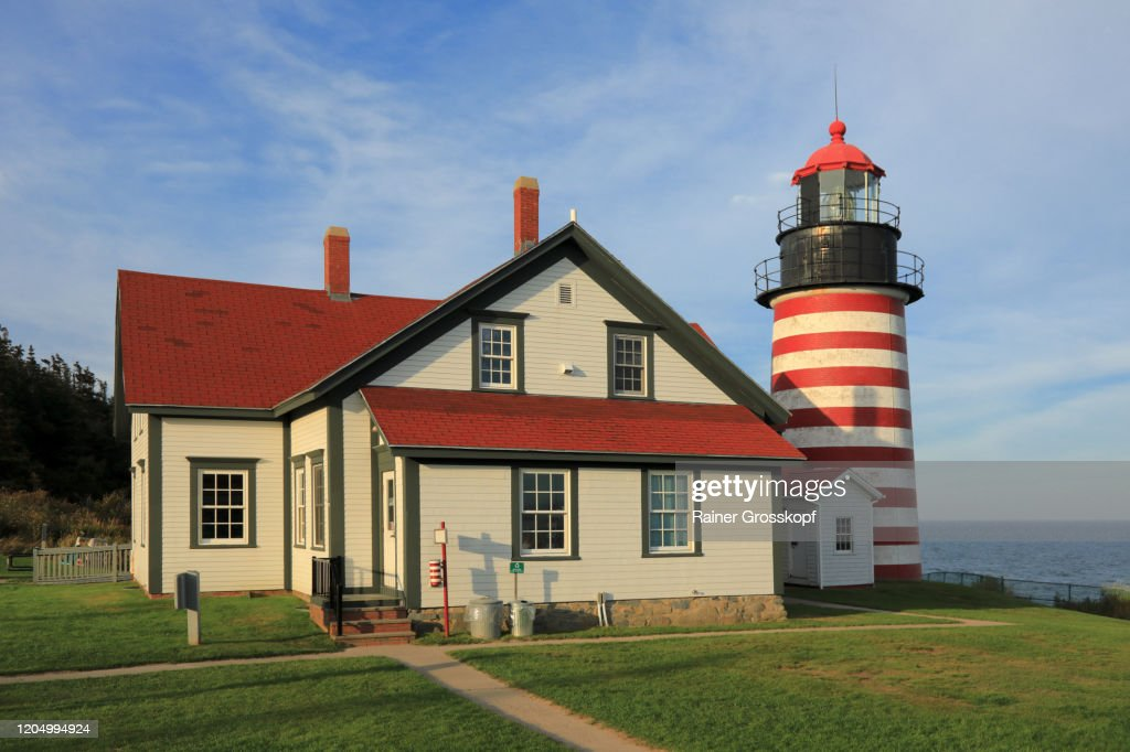 The red-and-white striped West Quoddy Head Lighthouse in Maine : Stockfoto