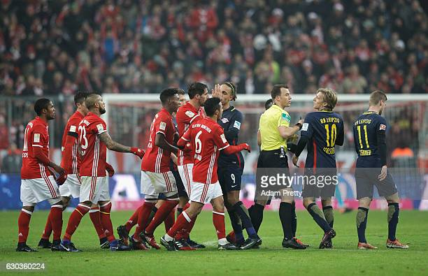 The referee and Emil Forsberg of RB Leipzig argue during the Bundesliga match between Bayern Muenchen and RB Leipzig at Allianz Arena on December 21...