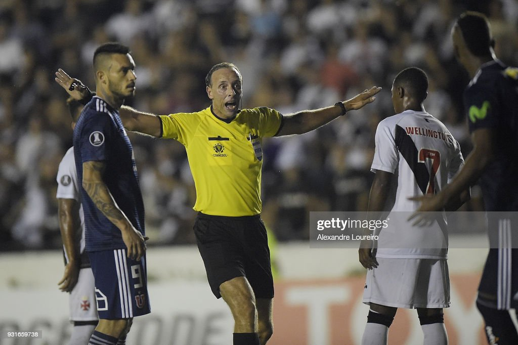 The referee Daniel Fedorczuk yells with the players during a Group Stage match between Vasco and Universidad de Chile as part of Copa CONMEBOL Libertadores 2018 at Sao Januario Stadium on March 13, 2018 in Rio de Janeiro, Brazil.