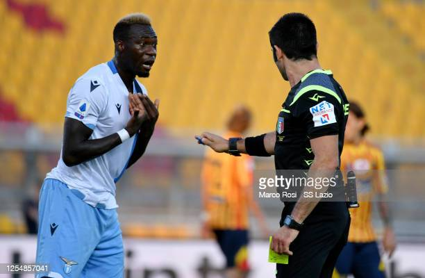 The referee Fabio Maresca shows a yellow card at Felipe Caicedo of SS Lazio during the Serie A match between US Lecce and SS Lazio at Stadio Via del...