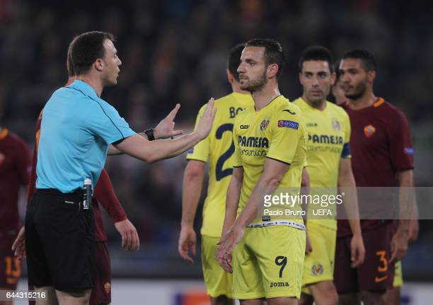 The referee Felix Zwayer reacts as Roberto Soldado of FC Villarreal looks on during the UEFA Europa League Round of 32 second leg match between AS...