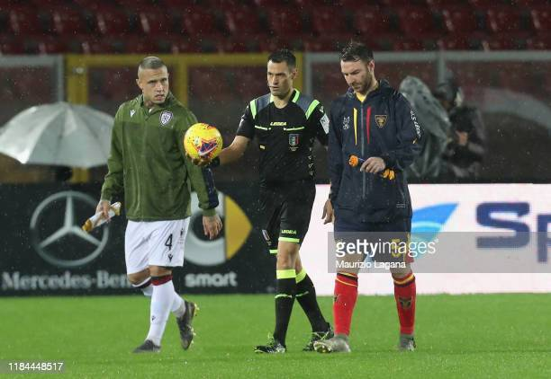 The referee Maurizio Mariani during the pitch inspection with Radja Nainggolan and Fabio Lucioni before the Serie A match between US Lecce and...