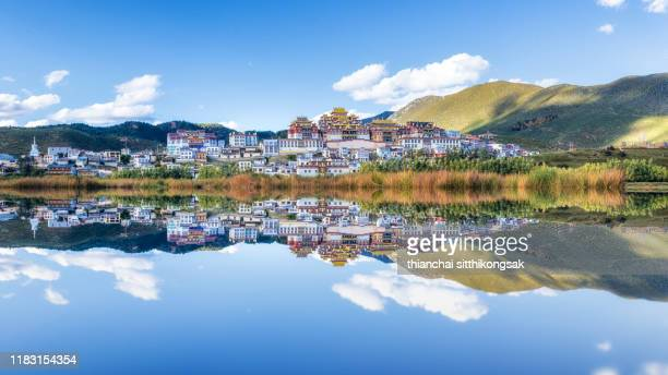 the reflection of songzanlin temple - shangri la stockfoto's en -beelden